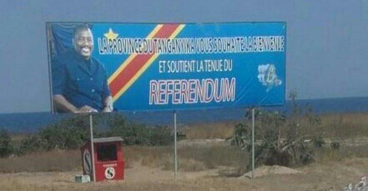 Une banderole au borde de la route en juin 2016: « La Province du Tanganyika Vous Souhaite la Bienvenue et Soutient la Tenue du Referendum».