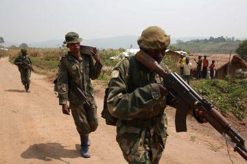 Aveba,_district_de_l'Ituri,_Province_Orientale,_DR_Congo_-_Des_militaires_FARDC_en_patrouille._(16643921095)